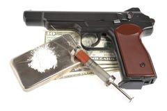 Drugs, syrine met bloed, pistool en geld Stock Fotografie