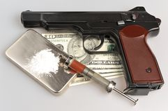 Drugs, syrine met bloed, pistool en geld op grijs Stock Foto's