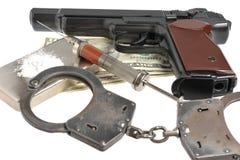 Drugs, syrine met bloed, pistool, handcuffs en geld Royalty-vrije Stock Fotografie