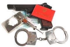 Drugs, syrine met bloed, pistool, handcuffs, identiteitsdocument Stock Afbeeldingen