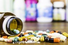 Drugvoorschrift voor behandelingsmedicijn Farmaceutisch geneesmiddel, behandeling in container voor gezondheid Apotheekthema, cap Stock Foto