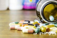 Drugvoorschrift voor behandelingsmedicijn Farmaceutisch geneesmiddel, behandeling in container voor gezondheid Apotheekthema, cap Royalty-vrije Stock Afbeeldingen