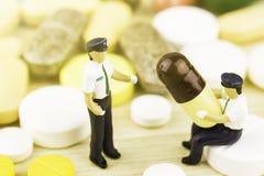 Drugvoorschrift voor behandelingsmedicijn Farmaceutisch geneesmiddel, behandeling in container voor gezondheid Apotheekthema, cap Royalty-vrije Stock Foto