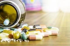 Drugvoorschrift voor behandelingsmedicijn Farmaceutisch geneesmiddel, behandeling in container voor gezondheid Apotheekthema Stock Fotografie