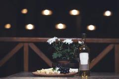 Druif, kaas, fig. en honing met een witte wijn stock afbeelding