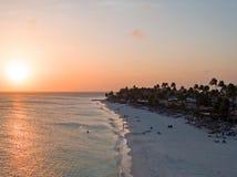 Druif plaża na Aruba wyspie w Karaiby przy zmierzchem Fotografia Stock