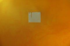 Druipende gele verf op muur stock fotografie