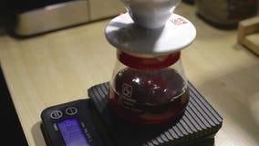 Druipende koffie bij het schrapen van apparaat terwijl het brouwen