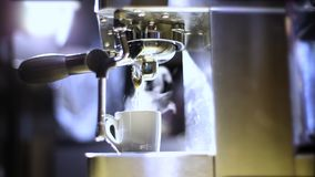 Druipende koffie van espressomachine Hete koffievoorbereiding