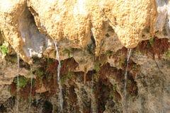Druipende Versteende Fontein van Réotier, Hautes-Alpes, Frankrijk royalty-vrije stock fotografie