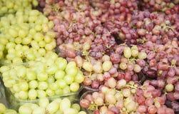 Druiven Bossen van groene druiven Druiven op een markt van de dienbladlandbouw Stock Afbeeldingen