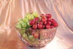 Druiven in de Kom van het Kristal Stock Foto's