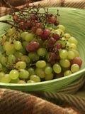 Druiven in een groene kom Royalty-vrije Stock Fotografie