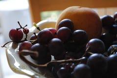Druiven in een komclose-up royalty-vrije stock afbeeldingen