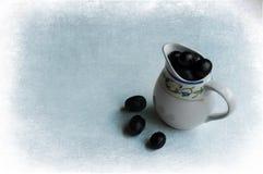 Druiven in een kruik royalty-vrije stock afbeeldingen