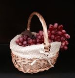 Druiven in een mand Royalty-vrije Stock Afbeeldingen