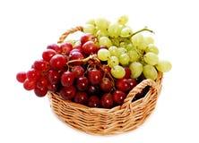 Druiven in een mand royalty-vrije stock foto's