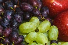 Druiven en appelen van verschillende verscheidenheden Stock Afbeelding