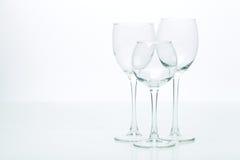 Druiven en drie glazen voor wijn op een witte achtergrond, studio Stock Afbeeldingen