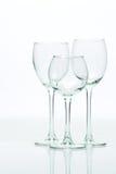 Druiven en drie glazen voor wijn op een witte achtergrond, studio Stock Fotografie