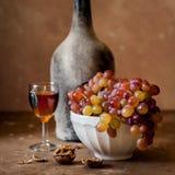 Druiven en Oude Wijn stock afbeeldingen