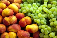Druiven en Perziken Royalty-vrije Stock Afbeeldingen