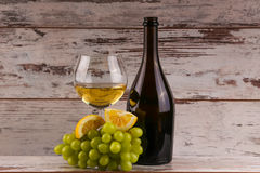 Druiven en twee glazen van de witte wijn Stock Afbeeldingen