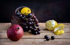 Druiven, granaatappel, en citroen royalty-vrije stock fotografie