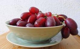 Druiven in kom stock fotografie