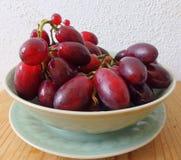 Druiven in kom royalty-vrije stock foto