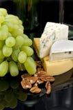 Druiven, noten en kaas royalty-vrije stock afbeelding