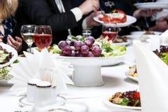 Druiven op een feestelijke lijst Royalty-vrije Stock Foto's