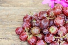 Druiven op een houten lijst Royalty-vrije Stock Afbeeldingen