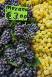 Druiven op verkoop Stock Foto