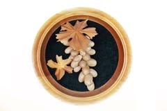 Druiven van de boom handmade Houten druiven in een kader op een witte achtergrond royalty-vrije stock foto's