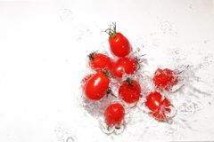 Druiventomaten in het water stock afbeeldingen