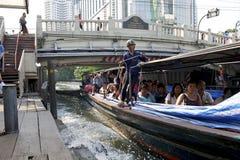 Druk boot uit aankomend bij Pratunam pijler, Bangkok Stock Foto's