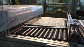 Druk gevormde keramische tegel, patroon op keramische tegels Industrieel binnenland, binnen stock video