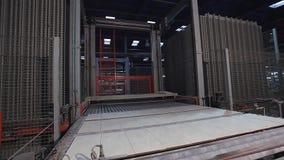 Druk gevormde keramische tegel, patroon op keramische tegels Industrieel binnenland, indors stock footage