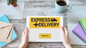Druk leveringsvorm op het scherm, vervoer en logistisch concept uit Online Winkelend stock foto's