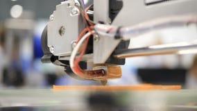 Druk met Plastic Draadgloeidraad op 3D Printer Sluit omhoog van prototype van handcraft 3d printer 4K wetenschappelijk onderzoek stock videobeelden