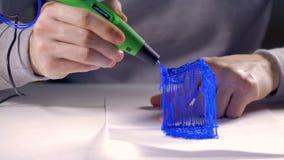 Druk plastic model met Plastic Draadgloeidraad die 3D pen gebruiken Innovatieve technologie in gebruik stock footage