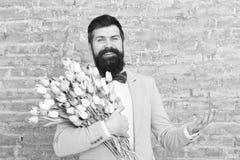 Druk positiviteit uit De Dag van gelukkige Vrouwen Bloem voor 8 Maart De lentegift gelukkige gebaarde mens hipster met bloemen, e royalty-vrije stock foto