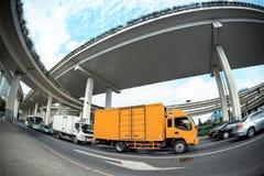 Druk vrachtwagen onder het viaduct uit Stock Foto's