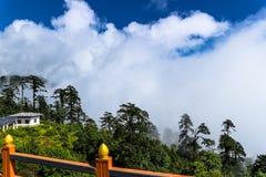 从Druk Wangyal与108 chortens的Khangzang Stupa, Dochula通行证,不丹的风景 免版税库存照片