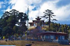 Druk Wangyal kloster med en h?rlig molnig bakgrund fotografering för bildbyråer