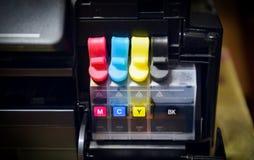 Drukarka atramentu zbiornik dla napełniania przy biurem - Zamyka w górę drukarki ładownicy inkjet koloru czerń CMYK fotografia stock