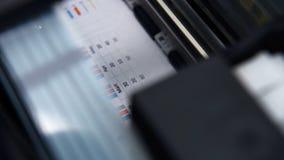 Drukarka drukuje biznesowego raport zbiory