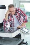Drukarka sprawdza druku bieg przy stołem obrazy stock