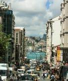 Drukke straat in de levendige stad-kap van Istanbul's met binnen Bosporus royalty-vrije stock afbeelding